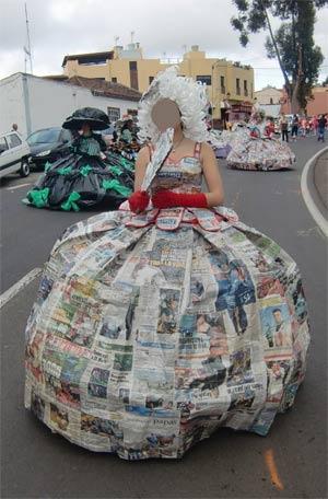 disfraz de epoca hecho de papel