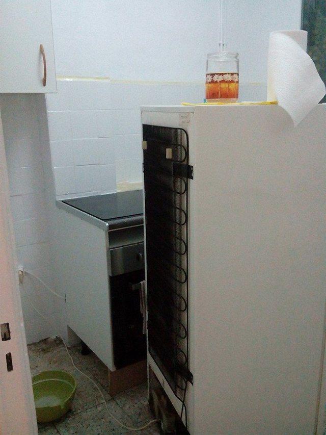 Estado de mi cocina ahora mismo, con los electrodomésticos fuera para pintar los azulejos