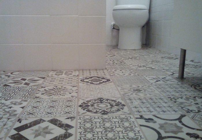 Renovar el suelo del ba o por menos de 100 euros hogar - Cambiar suelo cocina sin quitar muebles ...