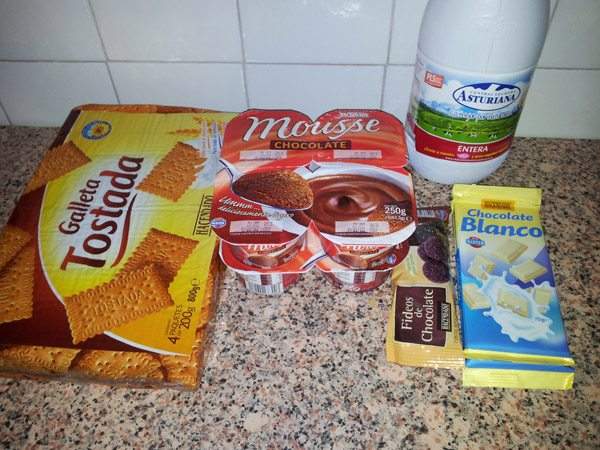 ingredientes para hacer una tarta de chocolate y galleta