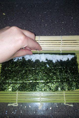sushi-casero-preparacion-rollo